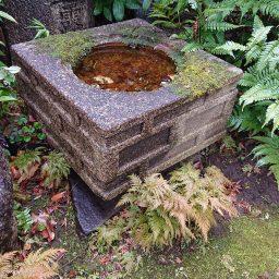 流れの水盤を探して石屋さんへ。